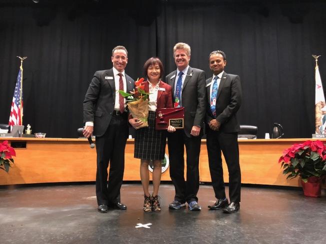 朱淑玲(左二)於6日卸下市長職務,並回顧一年來薩拉度加發生的大小事務。(記者林亞歆/攝影)