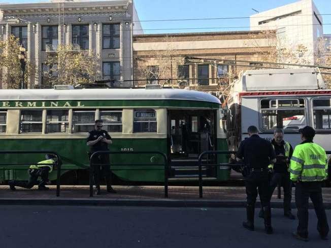 舊金山一輛電車從後撞上一輛巴士,造成九名乘客受傷。(電視新聞截圖)