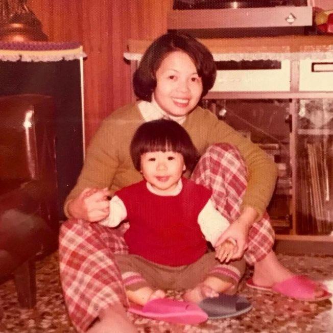 阿信po出和媽媽的合照。(取材自臉書)