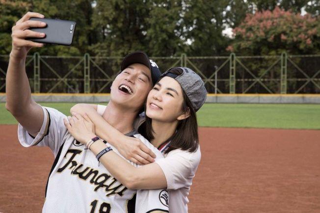 Ella(右)和吳慷仁(左)為五月天新歌合拍MV。(圖:相信音樂提供)