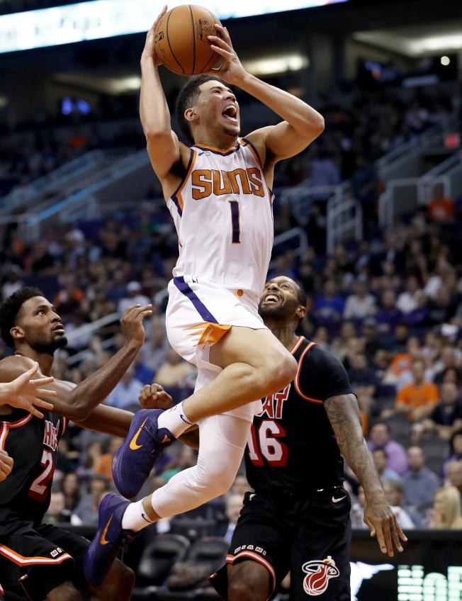 太陽隊6日宣布,得分後衛布克(Devin Booker)左腿內轉肌拉傷,他將缺陣二至三周。雖然僅是三年級生,21歲的布克已是NBA最佳射手之一,本季平均每場攻下24.3分。(美聯社)