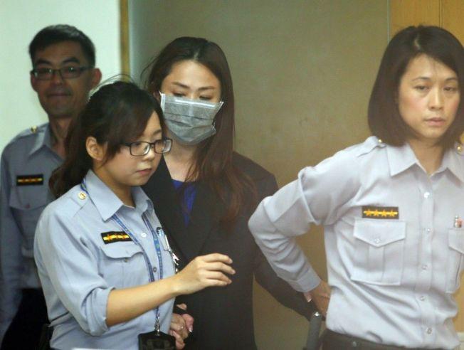 新北市議員李婉鈺(中)半夜狂按門鈴被送辦。 (本報資料照片)