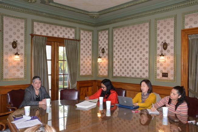 加州大學總校長納波利塔諾(左)和南加州少數族裔媒體座談。(記者丁曙/攝影)
