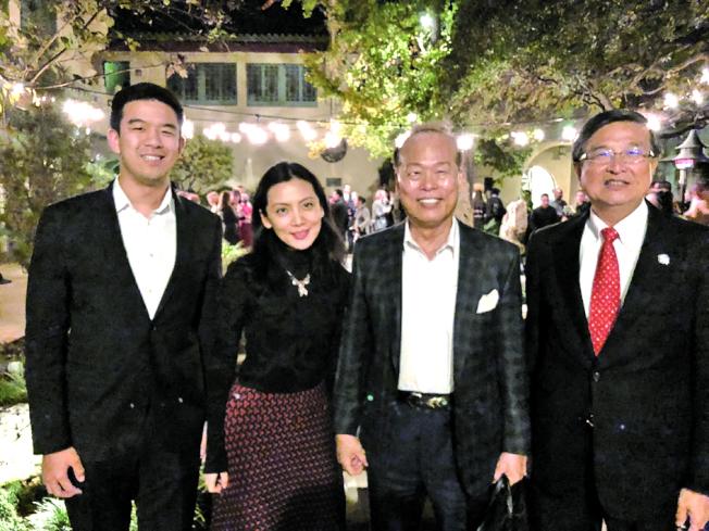 陳得福(右二)和亞太博物館館長喻瑜(左二)、會計師林清吉(右一)、林彥廷合影。(記者張越/攝影)