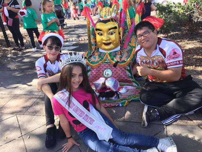 2017年度美國「小小姐」與三太子及陳聿志(右)合影。(黃安妮/攝影)