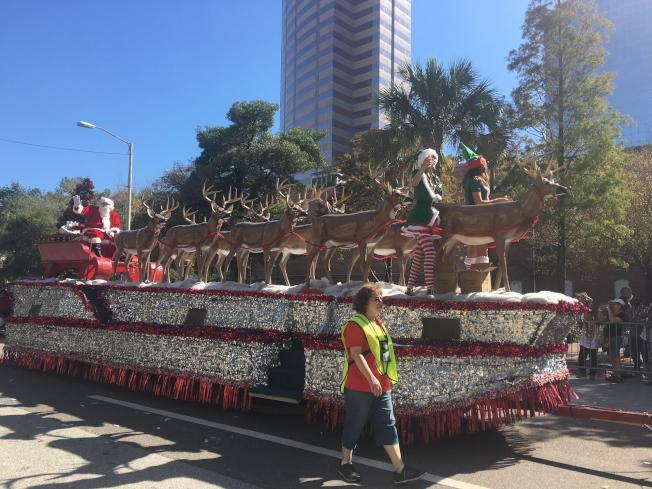 聖誕大遊行中的聖誕老公公花車隊伍。(黃安妮/攝影)