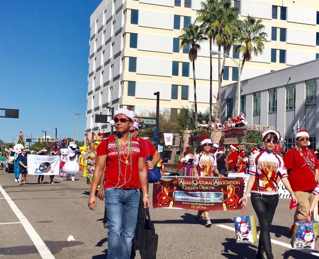 亞洲文化協會(前)和田正追基金會(後)的遊行隊伍,每人手提糖果籃,沿途發送。(黃安妮/攝影)