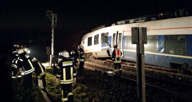 德國杜塞道夫火車事故,當局展開救援行動。(路透)