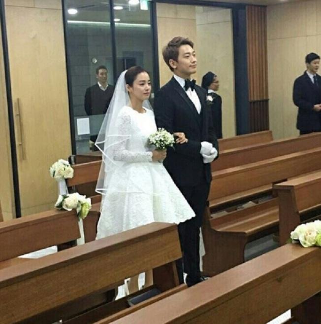 Rain(右)透露「因為金泰希喜歡」,僅辦了一場小型婚禮。(取材自微博)