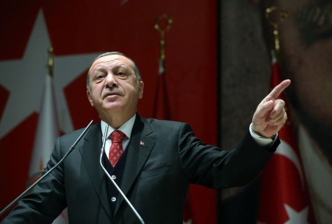 土耳其總統艾爾段今天展開希臘國是訪問,他倡議進行修正邊界談判並且抱怨對方未善待穆斯林,刺激東道主。圖為土耳其總統埃爾多安17日在安卡拉宣佈,土耳其決定退出正在挪威舉行的北約聯合軍演。新華社