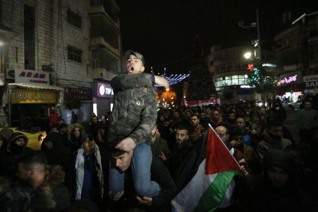 美國總統川普承認耶路撒冷為以色列首都,俄羅斯今天表達「嚴重關切」,認為此舉已威脅到區域安全。圖為12月7日,巴勒斯坦人聚集在約旦河西岸城市拉姆安拉,抗議美國總統特朗普宣佈承認耶路撒冷為以色列首都。新華社
