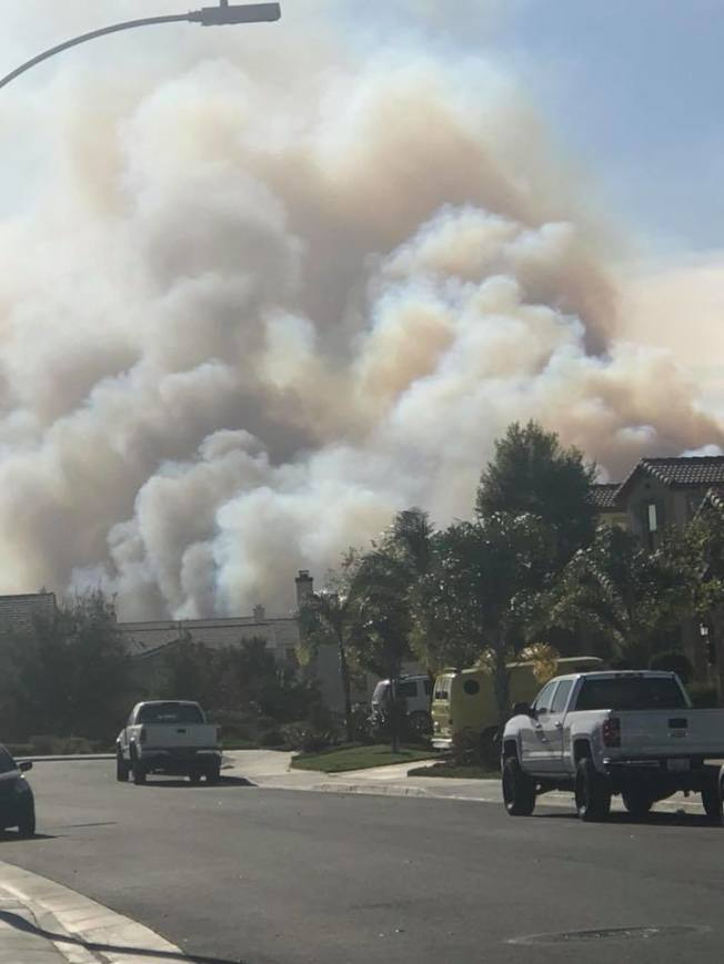 圖說:河濱茉莉塔市附近縣屬地7日午後發生野火,面積百餘畝,超百名消防員現場滅火。(臉書)