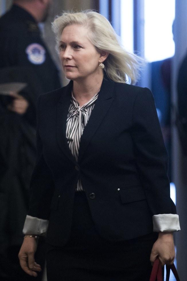 紐約州國會參議員陸天娜走進參院大廳,要聽聽參議員法蘭肯的公開聲明。(歐新社)