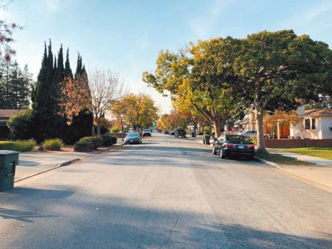 小區鬧中取靜,很多買家是為了該房子的地點而出價。(記者李榮/攝影)