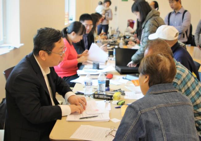 中國駐休士頓總領館副總領事王昱(左)在場回答申請人問題。