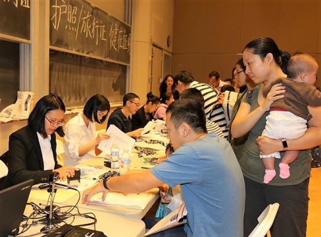 中國駐休士頓總領館證件組服務人員在現場辦公。