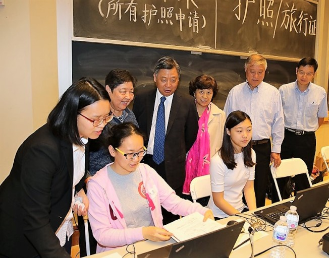 中國駐休士頓總領事李强民(左4)與證件組服務人員在現場辦公。