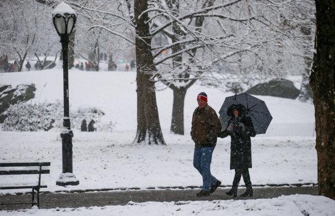紐約今冬初雪,一對情侶漫步在曼哈頓中央公園。(路透)