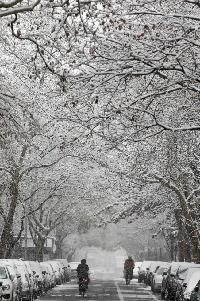 兩名單車客路經布魯克林的街頭。(Getty Images)