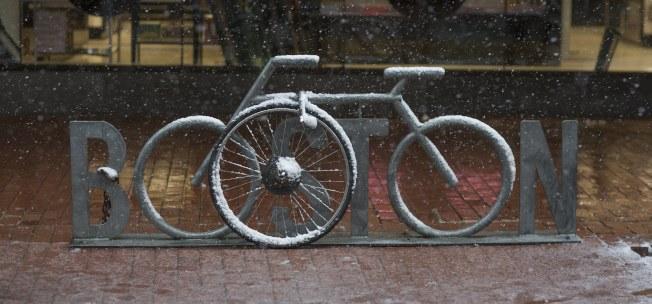 波士頓周末初雪約六吋,輕雪薄薄覆蓋在單車上。(歐新社)