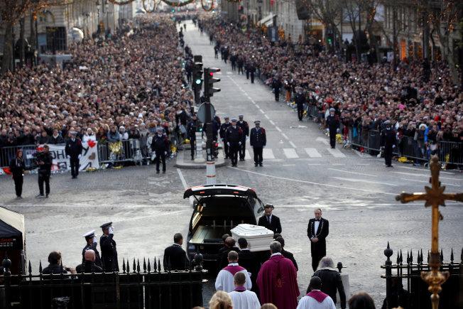 上百萬人9日聚集在巴黎,為有「法國貓王」稱號的搖滾巨星強尼哈勒戴送葬。(路透)