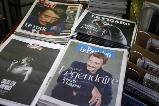 強尼哈勒戴是法國國寶級歌手,他逝世翌日,不論左中右派報紙都頭版報道其死訊。 (美聯社)