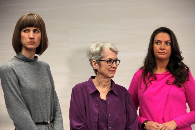 又有三名婦女11日在紐約舉行記者會,公開指控川普總統在十多年前在職場,分別對她們性騷擾。(左起)Rachel Crooks,  , Jessica Leeds 及  Samantha Holvey。(路透)