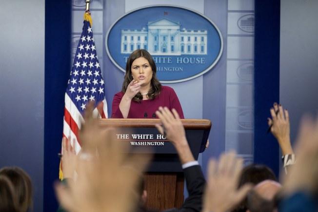 面對對川普總統的新性騷指控,白宮發言人桑德斯11日在例行記者會上顯得招架不住。(歐新社)