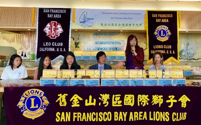金山灣區台灣商會青商部與灣區青獅會舉辦「捐眼鏡、送愛心」。(記者李榮/攝影)