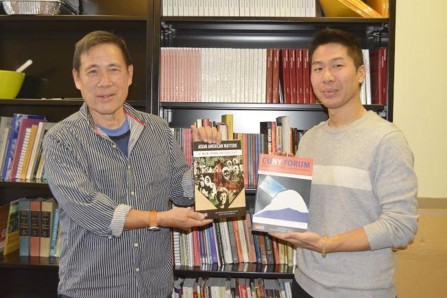 梁志英(左)著書Asian American Matters講解亞裔不凡歷史,右為書中作者之一王志杰(Antony Wong)。(記者俞姝含/攝影)