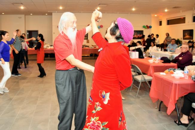 晚會中會員開心歌舞。(奚瑞克/攝影)