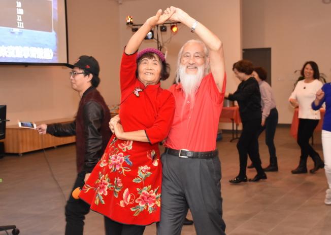 晚會中會員們開心歌舞。(奚瑞克/攝影)
