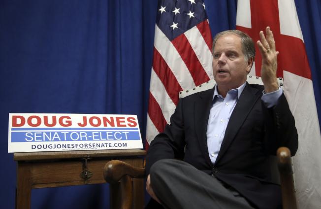 新科民主黨聯邦參議員瓊斯表示,他拒絕因性騷擾的指控,而要求川普總統下台。(美聯社)