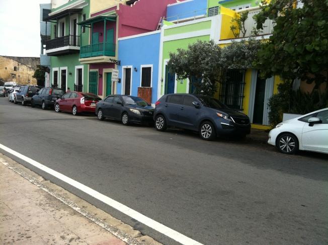 聖胡安彩色房屋狹小街道。