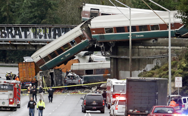 美鐵在華盛頓州發生脫軌事件,車廂從洲際公路上方掉落。(美聯社)