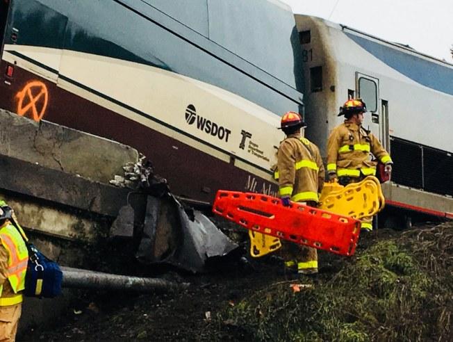 現場大量救難人員用各式機具救出受困乘客。(歐新社)