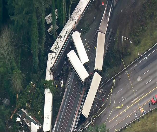 事故現場空拍照,列車從不同方向脫軌翻覆,列車嚴重毀損。(美聯社)