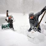 中老年鏟雪易出險 工具應挑對