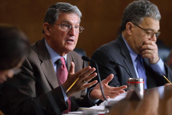 民主黨參議員曼欽(左)表示,深信法蘭肯不該辭職,而應該接受調查,且法蘭肯也很願意接受操守調查。(Getty Images)