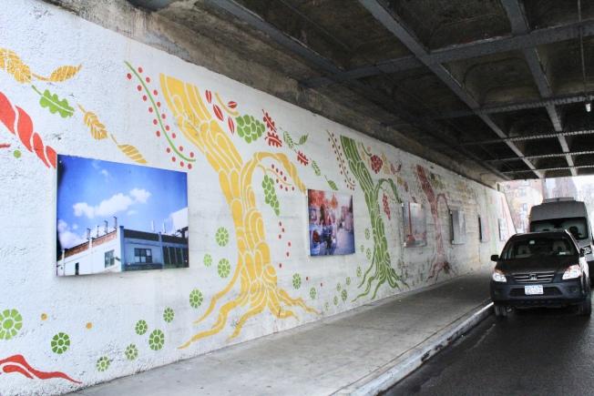 長島鐵路穿過雷哥公園,圖為軌道下的壁畫。(記者劉大琪/攝影)