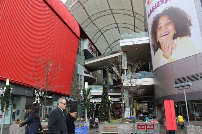 雷哥公園購物中心集中了全國性連鎖店。(記者劉大琪/攝影)