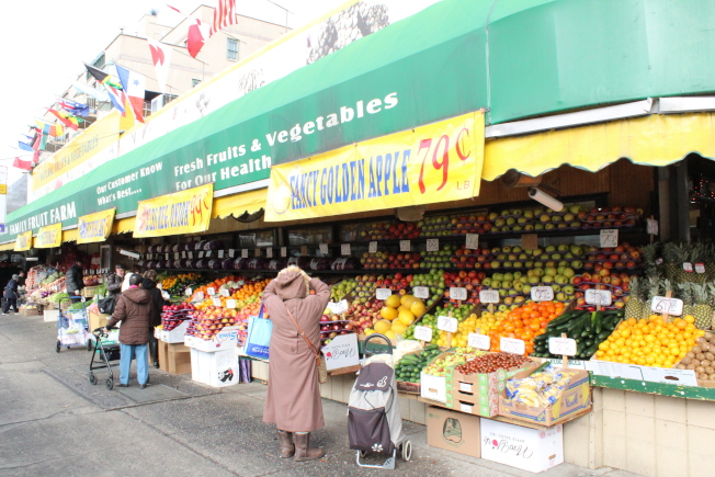 63 Drive上每個街區都有蔬果雜貨店,價格低廉。(記者劉大琪/攝影)