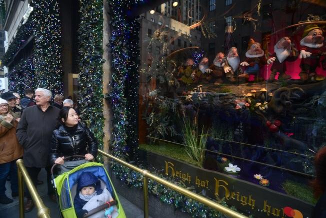 民眾排隊觀賞薩克斯第五大道百貨的「白雪公主與七矮人」。