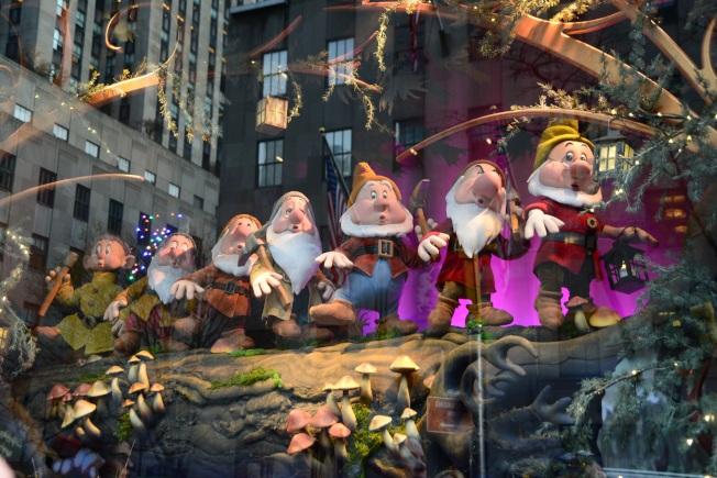薩克斯第五大道百貨櫥窗中的七矮人。