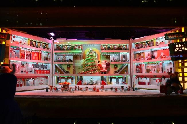 梅西百貨櫥窗,充滿節慶氣氛。
