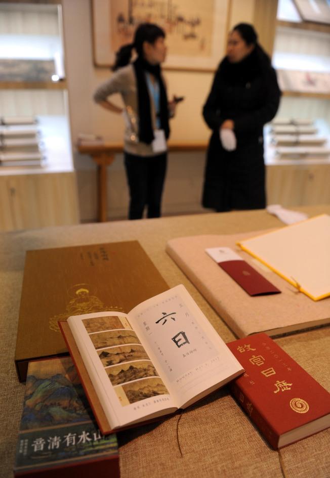 2012年第七屆北京文博會:文化融合科技一家參展公司推出的「故宮日曆」別出心裁,其中不僅有故宮藏畫,其日曆的日期更是由各種碑帖中的漢字數字集合而成。(新華社資料照片)