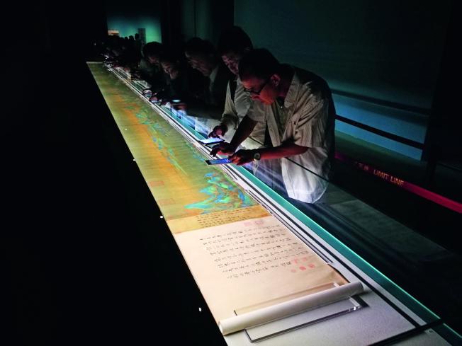 9月時,北京故宮博物院的專家和業務人員排起長隊,利用閉館日時間到午門觀摩學習難得一見的北宋名畫《千里江山圖》。(中國新聞周刊)