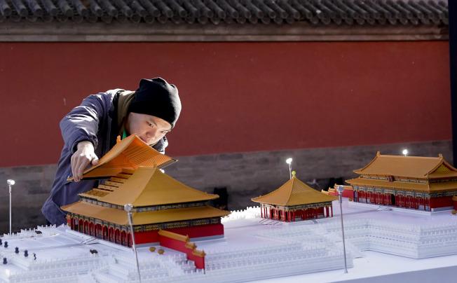 11月28日,主題為「傳統文化×未來想象」的「文化+科技」國際論壇在故宮博物院舉辦。圖為通過3D打印技術打造的故宮微縮模型。(中新社)