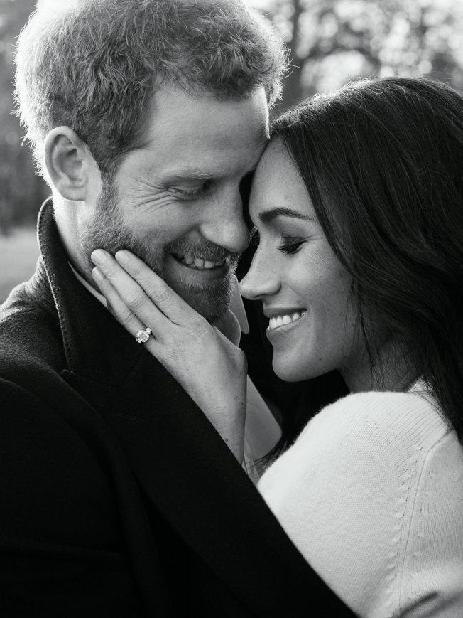 英國哈利王子和未婚妻梅根馬克爾21日釋出3張官方訂婚照,當中包括兩張黑白照,本周初在浮若閣摩爾宮拍攝。(路透)