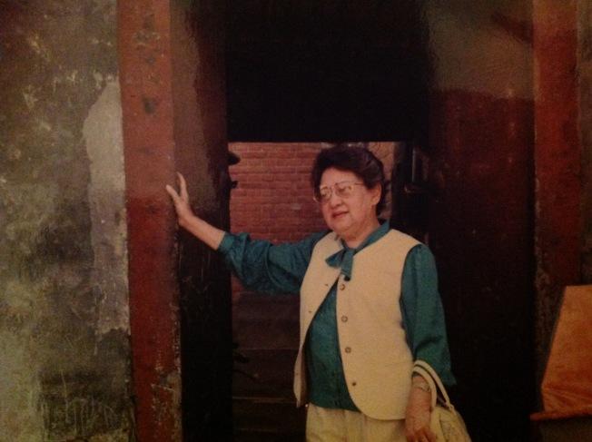1992年林海音回到北京南柳巷故居。(夏祖焯攝)